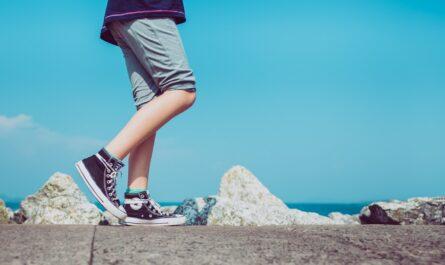 Mladík se věnuje zdravému pohybu, kterým je chůze.