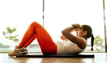 Žena cvičí břišní svaly a soustředí se na správné dýchání.