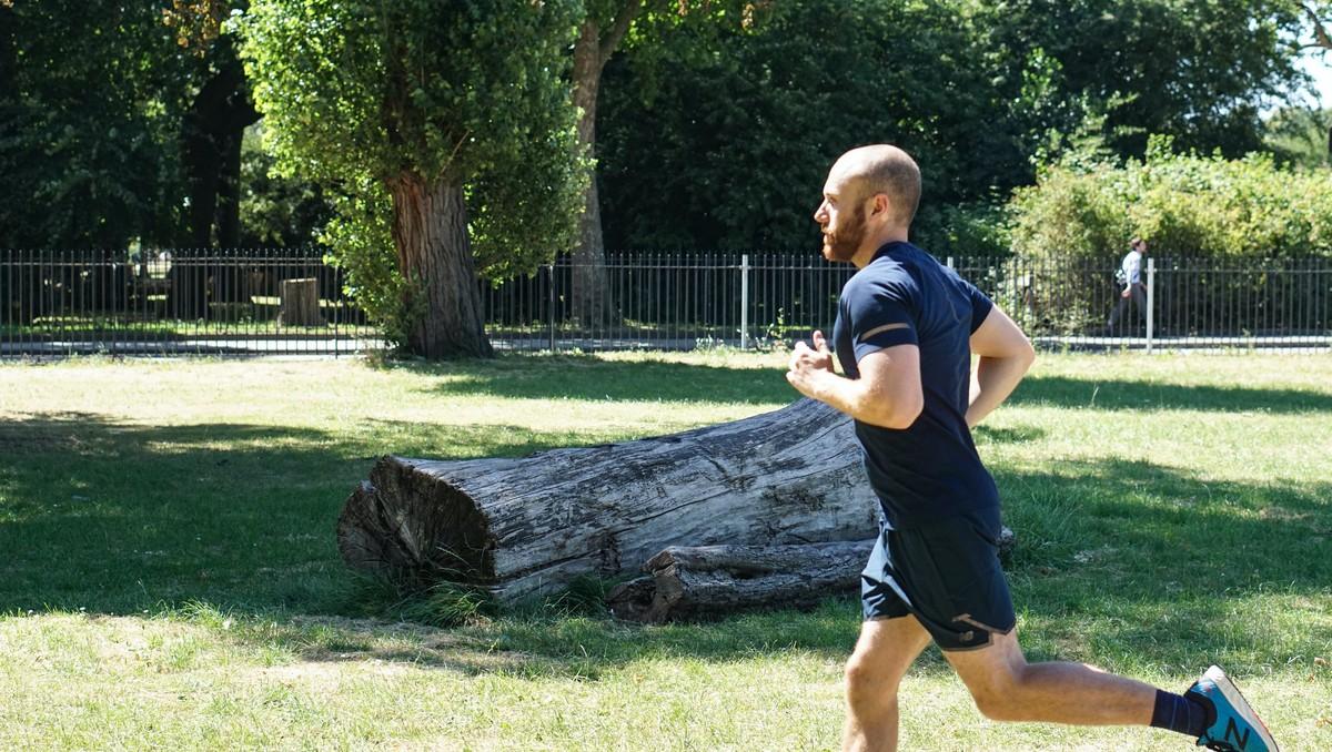Běh mladého muže patří rozhodně mezi letní sporty.