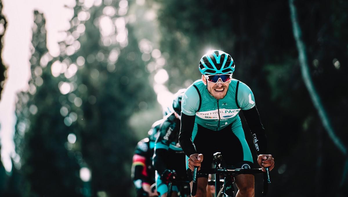 Cyklista, který má na sobě kvalitní oblečení na kolo.