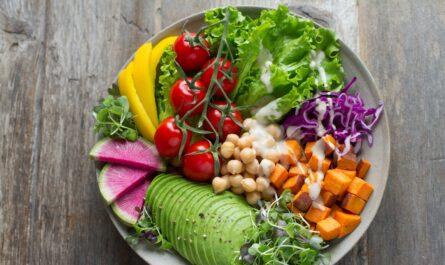 Rostlinná strava na talíři plném ovoce a zeleniny.